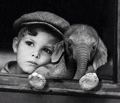Jongetje met klein olifantje.