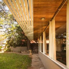 Robin Boyd was an internationally acclaimed, visionary Australian architect. The Walkey Residence is a wonderful example of his vision of modernism. Australian Architecture, Australian Homes, Modern Architecture, Time In Australia, Brick Construction, Through The Roof, Prefabricated Houses, Small House Design, Open Plan Living