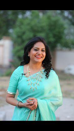 Indian Singer Sunitha Long Hair Stills In Transparent Yellow Saree - Tollywood Stars Saree Hairstyles, Sari Blouse Designs, Blouse Patterns, Indian Jewellery Design, Jewellery Designs, Indian Jewelry, Simple Sarees, Yellow Saree, Indian Tv Actress