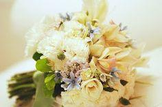 Bouquets de noiva são pequenas jóias feitas de flor.   O significado do bouquet, que poucos conhecem, é que aquele é o mais lindo apanhado de flores que a noiva conseguiu em sua vida para levar ao ser amado.  Não é de arrepiar?  Todas as suas melhores intenções, seus gestos mais amorosos, suas palavras mais doces traduzidas em flores frescas e perfeitas.  E quando ele é jogado às amigas depois da cerimônia. São os votos da noiva de que todas elas possam também, um dia, sentir aquela…