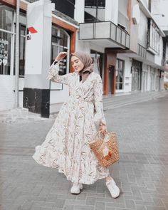 ideas dress fashion photoshoot inspiration Source by fashion photoshoot Modern Hijab Fashion, Muslim Women Fashion, Hijab Fashion Inspiration, Look Fashion, Fashion Outfits, Photoshoot Inspiration, Dress Fashion, Photoshoot Fashion, Fashion Ideas