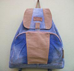 Mochila feita com jeans reciclado,com 1 bolsão na frente com zíper,detalhes em lona,ferragens prateadas. <br>***Cabe notebooks,cadernos,livros,etc...