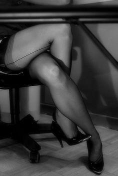 Dies sind die FF-Nylonstrümpfe, die auf den wohlgeformten, weiblichen Beinen mit magischem Schimmer funkeln und rascheln, wenn die Frau ihre Beine übereinander schlägt… These are the FF nylon stockings that sparkle on the well-shaped feminine legs with magical glimmer and rustle when the woman crosses her legs.