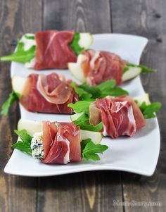 Prosciutto Pear Bites w Herbs & Blue Cheese ! Appetizers For Party, Appetizer Recipes, Simple Spinach Salad, Party Food Platters, Food Carving, Good Food, Yummy Food, Cooking Recipes, Healthy Recipes