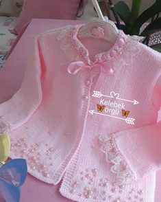 Opis fotky nie je k dispozícii. No photo description available. This post was discovered by Iz Crochet Hooded Scarf, Crochet Baby Jacket, Baby Cardigan Knitting Pattern, Baby Knitting Patterns, Baby Patterns, Knitting For Kids, Crochet For Kids, Girls Sweaters, Baby Sweaters