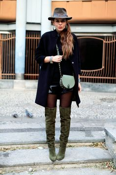 jewels black coat look outfit leather shorts over the knee boots cuissardes hat look man hat look fashion blogger outfit www.ireneccloset.com
