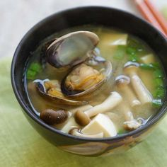 4 Cycle Fat Loss Japanese Diet - Asari Miso Soup - easy Japanese miso soup with Manila clams. So briny, tasty, done in less than 15 minutes and tastes so good! Seafood Soup Recipes, Clam Recipes, Asian Recipes, Cooking Recipes, Clams Soup Recipe, Ramen Recipes, Japanese Miso Soup, Japanese Dishes, Japanese Food