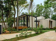 Integrada à natureza, casa de 400 m² parece flutuar