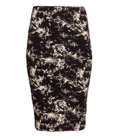 Falda en punto de doble capa con cintura elástica. Largo hasta la rodilla.