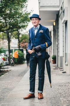 Günther Krabbenhöft is an elderly gentleman who was recently photographed in Berlin and became an overnight sensation duo to his timeless style. I want to meet his gentleman. Moda Hipster, Hipster Stil, Style Hipster, Hipster Fashion, Mens Fashion, Guy Fashion, Tomboy Fashion, Jean Shirt Dress, Blazer Dress