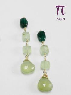 Pendientes de prehenita y ágata verde engarzados con hilo de gold filled 14k. Largo total 5,5 cm.//Prehenite and green agate earrings with gold filled wire.