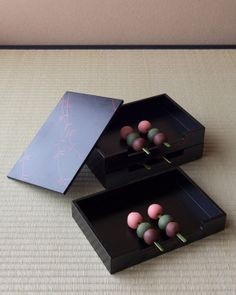 菓=花見団子/緑庵(京都) 器=柳文田楽箱 鵬雲斎好 昭和時代