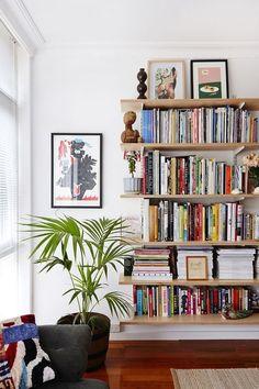 HOME // The Design Files. Bookshelves don't have to have sides. Home Interior, Interior Design, Bookshelf Design, Bookshelf Ideas, Bookshelf Decorating, Book Shelves, Bookshelf Styling, Bookshelf Organization, Floating Bookshelves