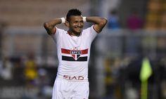 Rogério está insatisfeito com a reserva no São Paulo e deve deixar o clube. O atacante interessa ao Sport, que já iniciou as conversas.