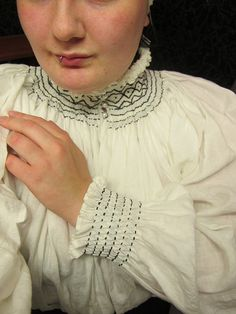 "Absolutely incredible tutorial for making a smocked chemise (here called a ""hemd"") by Katafalk at Learning to Fly. TONS of good information here on more than just the smocking! Renaissance Costume, Renaissance Clothing, Historical Costume, Historical Clothing, Camisa Medieval, Boho Hippie, Punto Smok, German Outfit, Landsknecht"