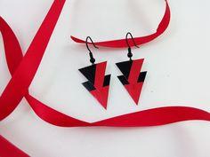 Boucles d'oreille asymétriques rouges et noires en capsule de café Nespresso : Boucles d'oreille par grimzmee