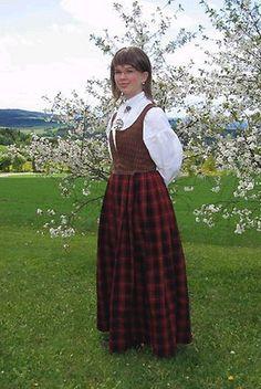 Rutaliv og råndastakk har lange tradisjoner i Gudbransdalen. Drakten på bildet er fra slutten av 1700 tallet.