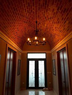 Lámpara y puerta del taller de herreria  ramirez arquitectos