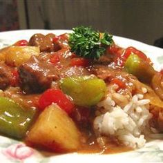 Sweet and sour beef with pineapple, red and green bell peppers, and fresh tomatoes is easy to make in the slow cooker. Crock Pot Slow Cooker, Slow Cooker Recipes, Crockpot Recipes, Crockpot Dishes, Meat Recipes, Asian Recipes, Healthy Recipes, Ethnic Recipes, Healthy Food