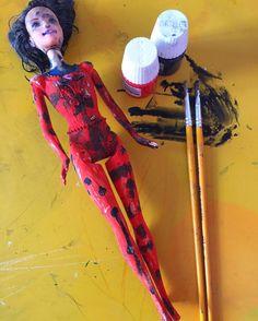 #mulpix Quem não tem Marinette, caça com Barbie! Dia desses uma amiguinha da Júlia pegou tinta vermelha e preta e resolveu customizar sua própria LadyBug!🐞 Achei LINDO!  #criatividade  #diy  #ladybug  #marinette  #catnoir  #roteirobabybrasilia  #maesdebrasilia  #brasiliaparacriancas  #bsbkids  #brasilia  #bsb  #visitebrasilia ------------------💙----------------- 🖥 SITE: www.roteirobaby.com.br 👻 SNAPCHAT: roteirobaby 📲 FACEBOOK.com/roteirobaby 🎥 YOUTUBE.com/roteirobaby ✉…