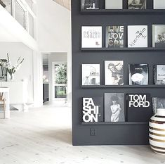 Black walls, light floors and all that light. breaks up her open plan living home in the most clever ways, including the… Best Coffee Table Books, Cool Coffee Tables, Easy Coffee, Decoration Inspiration, Interior Inspiration, Interior Ideas, Decor Ideas, Interior And Exterior, Interior Design