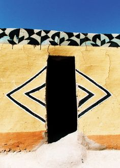 Rudi de Lange writes about the mural art of the Basotho in the Free State and Lesotho regions. Vernacular Architecture, Unique Architecture, Ancient Architecture, Out Of Africa, West Africa, South Africa, Art Africain, African Textiles, Art Mural
