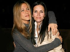 Made official today by ABC publicity, Jennifer Aniston will reunite with her former FRIEND Courteney Cox on the second season opener of COUGAR TOWN which First Episode Of Friends, Cougar Town, Aesthetic Backpack, Courtney Cox, Friends Poster, Friends Wallpaper, Friends Show, Celebs, Celebrities