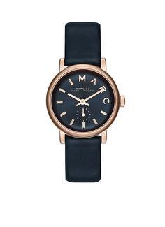 Dit stijlvolle Marc by Marc Jacobs dameshorloge heeft een horlogekast van roségoudkleurig roestvrijstaal. Op de wijzerplaat staan logo details en de leren band is uitgevoerd in diep donkerblauw. Het horloge wordt geleverd in een originele bewaarverpakking. Model: MBM1331.