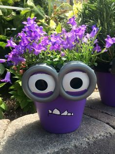 Minion flower pot. How cute! Good idea for the little ones- what better way than this to keep their interest while teaching them to care for and nurture living things? Could decorate pots into any character❤️