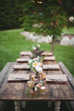 A mesa em madeira é perfeita para a decoração rústica.