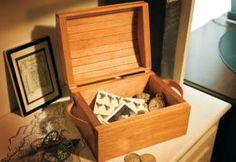 A treasure chest for kids – Canadian Home Workshop Woodworking Workshop Plans, Woodworking Guide, Custom Woodworking, Teds Woodworking, Woodworking Crafts, Woodworking Techniques, Small Wood Projects, Easy Projects, Jewelry Box Plans