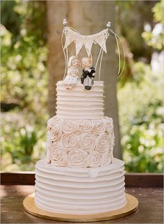 wedding cake with rustic bunting, photo by Beaux Arts Photographie