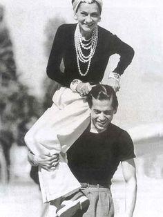 Coco Chanel - calça branca, blusa preta, pérolas