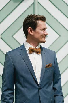 graubaleuer Anzug mit braunen Details