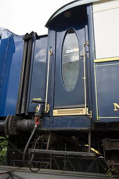 A luxurious blue door with a beautiful ovale window on the Orient Express in Paris | Flickr/Thierry Poupon ᘡղbᘠ