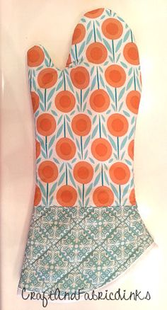 Create a beautiful oven mitt. Uses insul-bright insulation. Longer arm for more protection. Easy Sewing Projects, Quilting Projects, Sewing Hacks, Sewing Tutorials, Sewing Crafts, Sewing Patterns Free, Free Sewing, Apron Patterns, Quilted Potholders