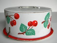 Retro Cake Carrier White with Cherries Decoware Vintage Canister Sets, Vintage Tins, Vintage Love, Vintage Stuff, Vintage Decor, Retro Kitchen Decor, Retro Kitchens, Kitchen Ideas, Cake Carrier