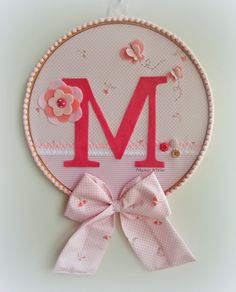 Mamys Atelier Felt Crafts, Diy And Crafts, Baby Shower Souvenirs, Embroidery Hoop Crafts, Techniques Couture, Frame Wall Decor, Craft Materials, Handmade Flowers, Nursery Art