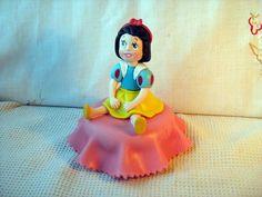 (FORA DE LINHA momentaneamente) Pote baleiro 500ml plástico com as princesas baby em biscuit . Mínimo de 20 peças.Sortidos conforme o cliente escolher.