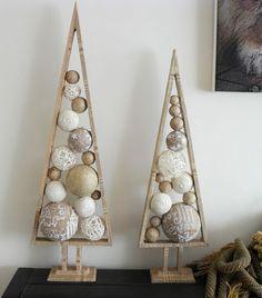 Weihnachtsbäume aus Holz und Buchseiten