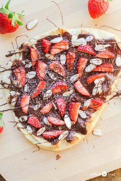 Combine your love of pizza and dessert with this incredibly delicious Chocolate Strawberry Flatbread Pizza recipe. Made with luscious chocolate spread, fresh berries, and slivered almonds, it is sure to be a family favorite. Nutella Pizza, Chocolate Pizza, Chocolate Spread, Chocolate Art, Chocolate Covered, Strawberry Pizza, Strawberry Desserts, Chocolate Strawberries, Covered Strawberries