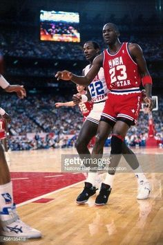 Clyde Drexler and the GOAT in an all star game.
