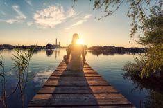 Młoda kobieta, ciesząc się słońca stock photo
