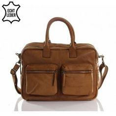 Deze Chesterfield handmade Leren schoudertas XL Cognac vind je op www.liefzebraatje.nl