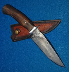 Commande cliente Cadeau d'une chasseresse pour son époux chasseur Bowie avec lame de 15.2 cm forgée en damas plume manche en fourche de noyer garde inox Fourreau en cuir avec matoirs de Maria. Customer order Gift of a huntress for her hunter husband Bowie with a 6 inch blade forged in feather damascus walnut fork handle stainless steel guard Leather scabbard by Maria. www.aufildelalame.fr