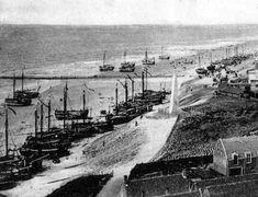 de Bomschuiten op het strand toen er nog geen haven was