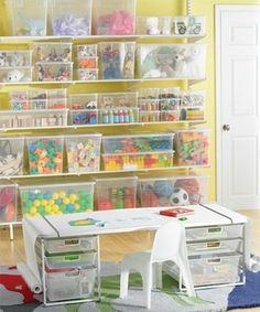 おもちゃの種類別に収納したクリアケースをオープンシェルフに並べて。いろいろな色があふれていても、スッキリ見えますね。