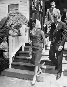 Jackie Kennedy was such a style icon that her name became a code word for a complete lifestyle. When Jackie became First Lady, the public be. Jacqueline Kennedy Jewelry, Jfk And Jackie Kennedy, Les Kennedy, Jaqueline Kennedy, Kennedy Town, Style Année 60, Style Icons, Classic Style, Dramatic Classic
