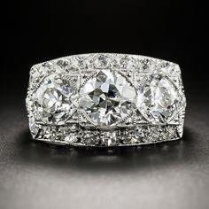 Una dinámica dazzler Art Deco! Un trío de tormento de brillantes diamantes de corte europeo blancos y espumosos, junto con un peso de 3,64 quilates, y cada uno acompañado por un informe de graduación de diamantes GIA indicando, respectivamente: 1,48 quilates Color H - claridad VS2; 1,17 quilates de color I - claridad VS2 y 1,06 quilates de color E - claridad VS2, unir fuerzas y se limita al norte y al sur con pequeños diamantes que brilla redonda para crear el máximo ultra chispa!