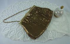 He encontrado este interesante anuncio de Etsy en https://www.etsy.com/mx/listing/269301826/vintage-gold-mesh-purse-evening-bag-with